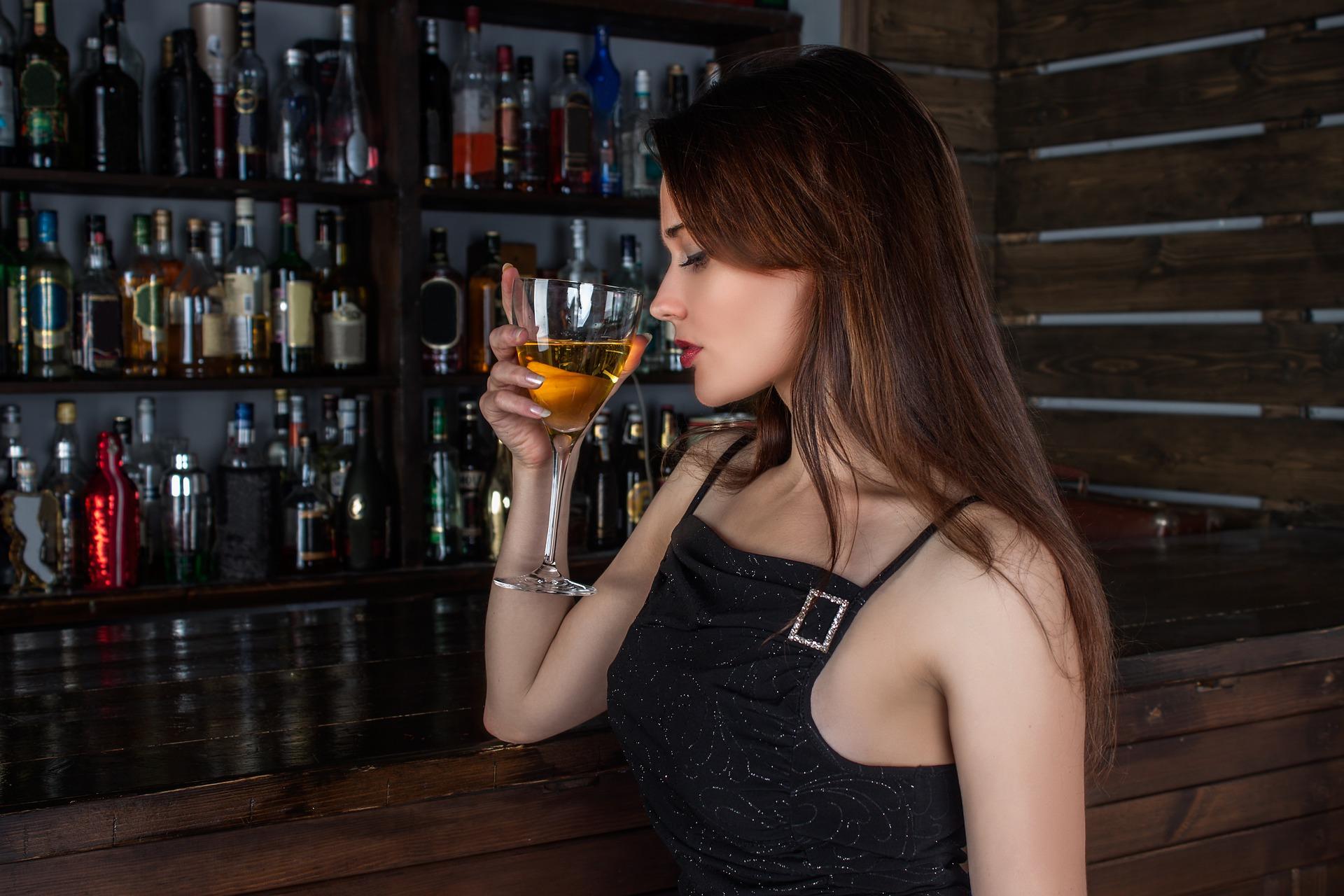 fille-cocktail-bar-sexy-jeune-cochonne
