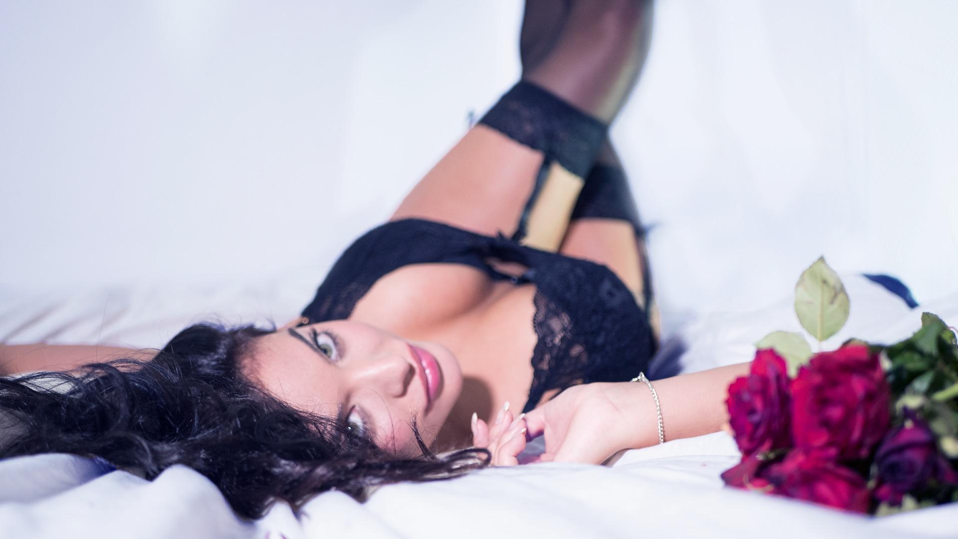 fille-sexy-lit-préférences-jeune-cochonne