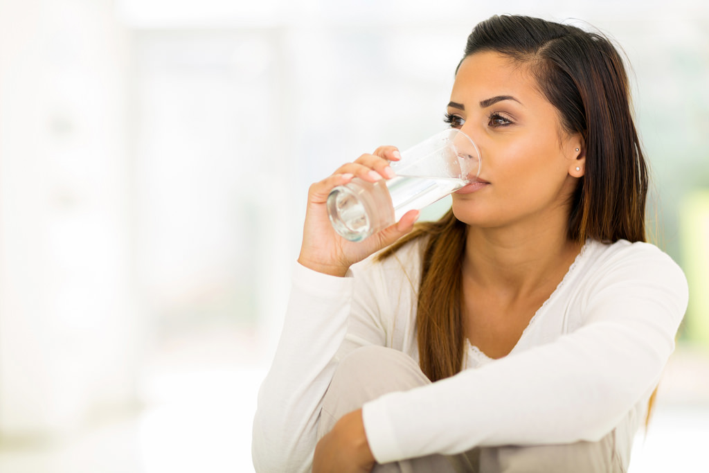 Femme Arabe ou Orientale qui boit un verre d'eau/lait